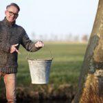 Podiumbouwer Gerard Thijssen met de opgegraven zinken melkemmer