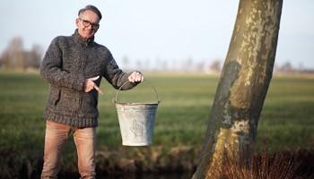Podiumbouwer Gerard Thijssen met de archeologische vondst