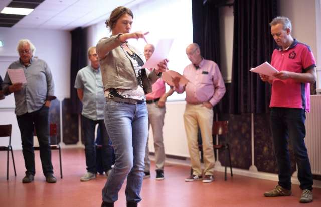 Dirigent Helga van der Wal legt uit