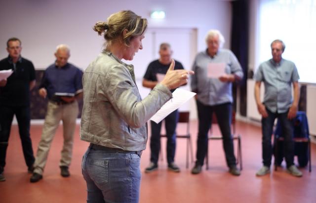 Dirigent Helga van der Wal en haar gelegenheidsmannenkoor