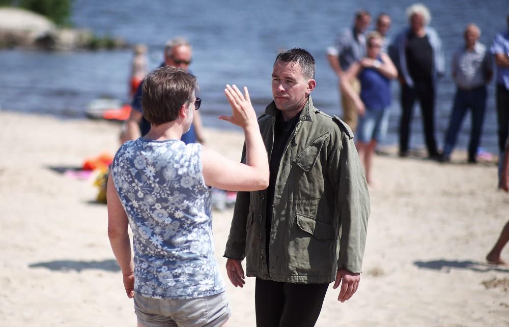 Hoofdrolspeler Marten Wesselius krijgt instructies van schrijver en regisseur Eelco Venema
