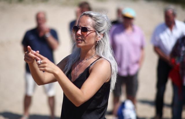 Regie-assistent Regina Visser houdt de wind eronder