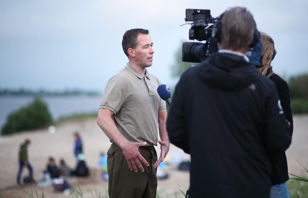 Hoofdrolspeler Marten Wesselius legt 'Weispield' uit aan Omrop Fryslân